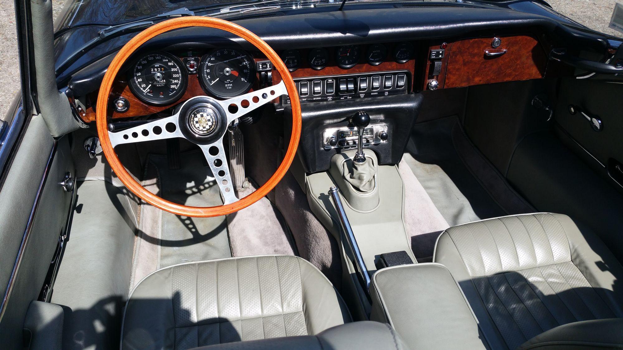 Jaguar type e s2 1970 bleue marine interieur classic car for Interieur 1970